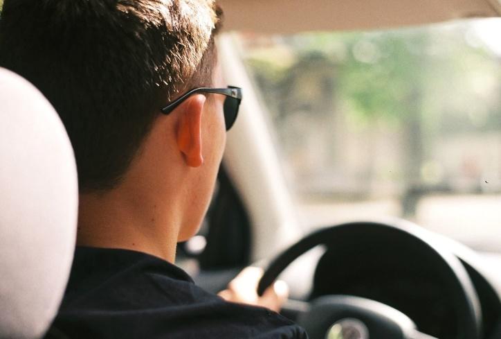 homme qui conduit une voiture