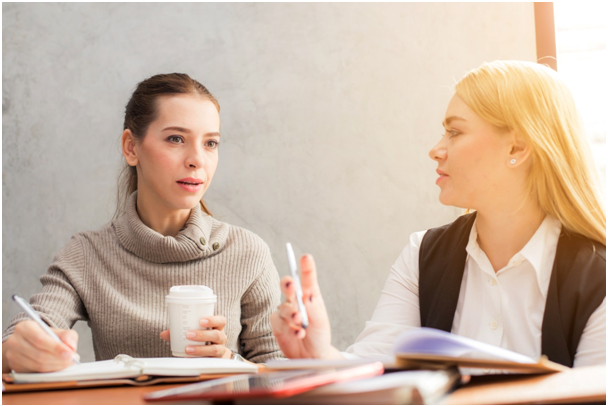 Femmes qui discutent autour d'un café