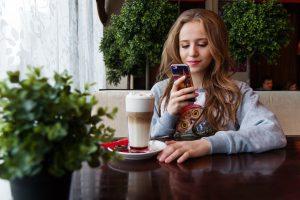 fille utilise smartphone