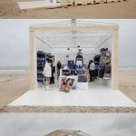 Box magasin H&M sur une plage