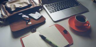 Carnet de note, ordinateur et café