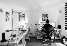 Homme travaille dans bureau