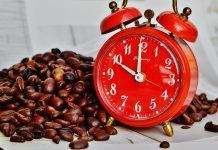 Grain de café et réveil