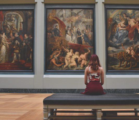 Femme regarde art
