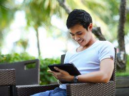 Homme gestion immobilière tablette